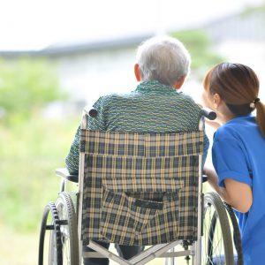 高齢者と女性介護者